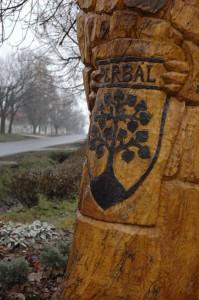 Perbál faragott címere a Községháza előtt