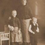 Klinger Anna édesanyjával és testvérével 1917-ből