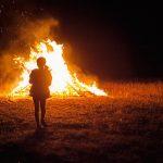 Lány a tűznél